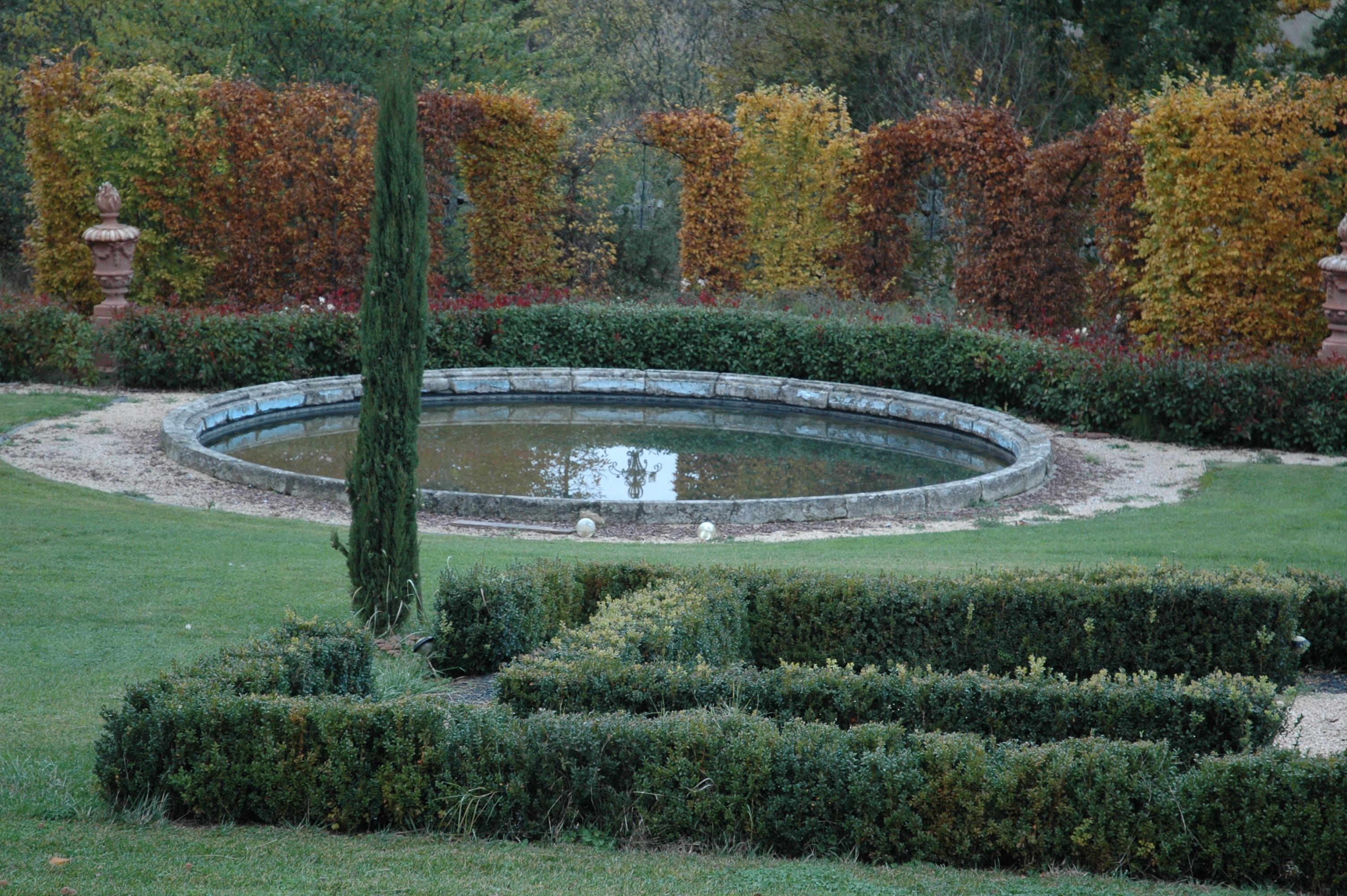 Bassin en pierre d'époque Louis XVI (diamètre 8 m) reposé dans le parc d'un château ToulousainCe bassin est reproduit en pierre reconstituée non gélive, chaque élément est scellé par une agrafe en fer forgé, le tout peut être patiné après la posePrix : nous consulter