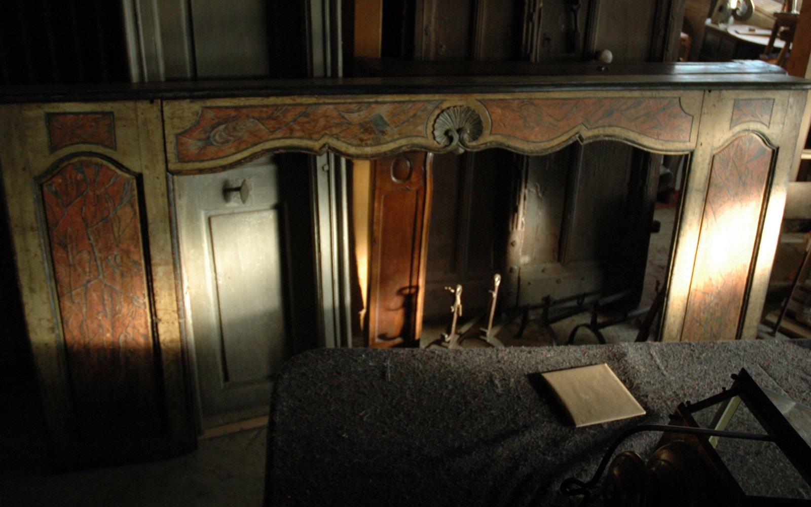 Cheminée d'époque Louis XV en bois peint