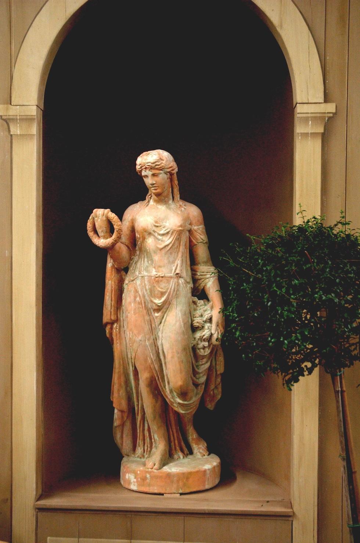 Réédition d'une statue Italienne d'époque fin XVIII ème en terre cuite de couleur rouge-orangé ou ton pierre Hauteur : 1,45 m Prix : Nous consulter