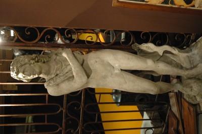 STATUE D'APOLLON QUI VIENT DE TUER LE SERPENT PYTHON. ÉPOQUE XVI ème SIÈCLE EN PIERRE DE GRÈS DUR IL MANQUE LE BRAS GAUCHE ET LA MOITIÉ DE L'ARC HAUTEUR : 1,70 M PRIX : NOUS CONSULTER