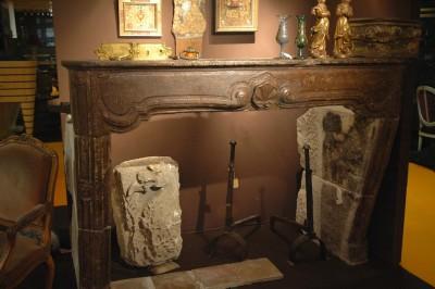 Cheminée d'époque Régence en pierre ou en fausse pierre Hauteur : 134 cm Largeur : 191 cm Foyer Hauteur : 109 cm Largeur : 151 cm Retours  profondeur 110 cm maximum PRIX : NOUS CONSULTER