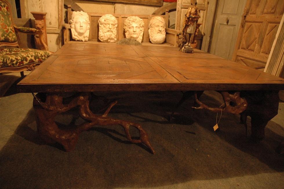 Grande table basse réalisée avec des éléments de parquet en chêne XVII ème, piètement en tôle sculptée
