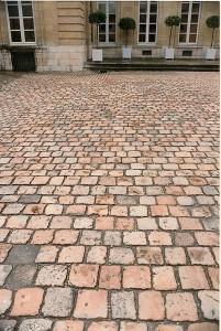 Pavés XVIII ème Pavés en calcaire et granit beige d'époque XVIII reposé dans une cour d'hotel particulier en Dordogne