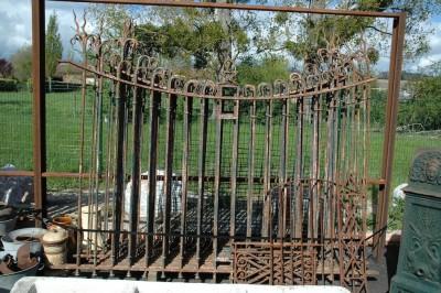 Lot de 60 Ml de grilles de mur d'époque XIX ème avec portail de 3,40 m